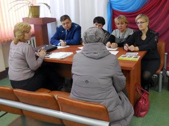 В рамках Всероссийского дня правовой помощи детям в литературной гостиной администрации Лухского района состоялся приём граждан и детей специалистами различных ведомств в целях оказания бесплатной юридической помощи.