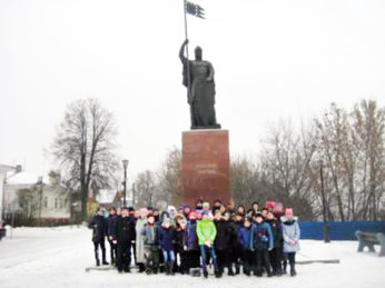 Первый ноябрьский день начался для учеников 5, 6 и 8 классов Лухской школы довольно рано. Уже в 7 часов утра они сели в автобус и отправились на экскурсию в Нижегородскую область.
