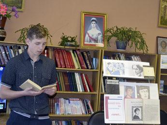 Учащиеся старших классов Тимирязевской школы познакомились с творчеством поэтессы Анны Ахматовой.