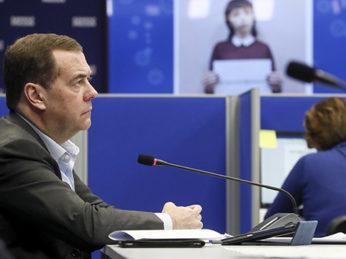 Об этом Председатель партии Дмитрий Медведев заявил на онлайн совещании с представителями региональных волонтерских центров партии по борьбе с распространением коронавируса.
