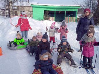 Воспитанники детского сада №2 (ул. Первомайская, 81) приняли участие в весёлых стартах «День зимних видов спорта России», которые прошли на свежем воздухе.
